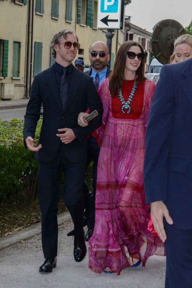 Anne-Hathaway-and-Emily-Blunt-at-Jessica-Chastain-and-Gian-Luca-Passi-Wedding--05-662x993
