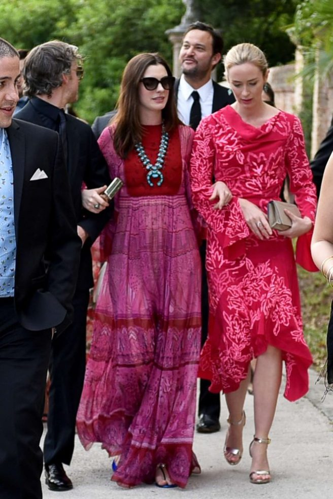 Anne-Hathaway-and-Emily-Blunt-at-Jessica-Chastain-and-Gian-Luca-Passi-Wedding--09-662x992